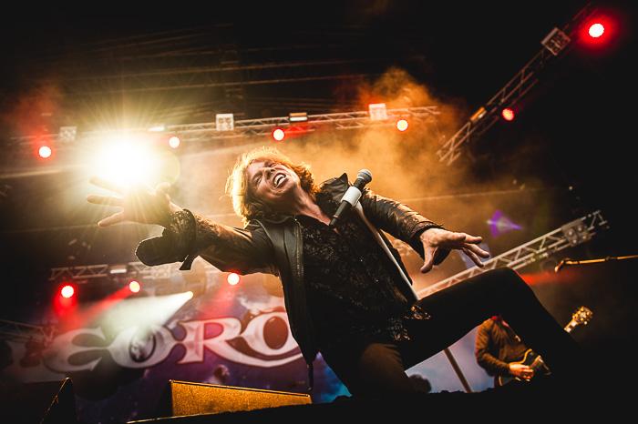 Europen laulaja Joey Tempest tuli monet kerrat aivan lavaetuosaan South Park -festivaaleilla vuonna 2014. Kerran hän kurkotti sopivasti eteensä, samalla lavavalon osoittaessa suotuisasti kohti kameraa. Näyttää kuin Joey tavoittelisi valoa. Kuva: Mikko Pylkkö