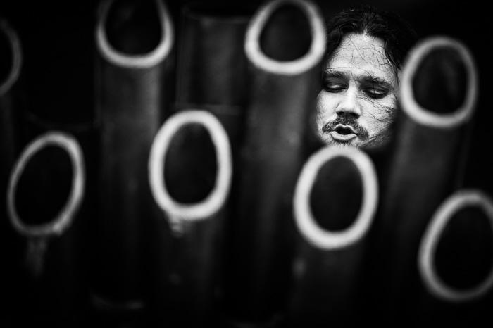 Nightwish on yksi harvoista suomalaisbändeistä, jolla on suuret määrät rekvisiittaa lavalla. Tuskastelin pitkään bändin päähahmon Tuomas Holopaisen kuvaamista, sillä hänellä oli niin iso arsenaali tavaraa soittimiensa edessä. Vuoden 2013 Tuskassa Holopaisen naama pilkisti kuitenkin sopivasti hänen urkupillien välistä. Kuva: Mikko Pylkkö