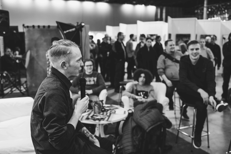 Valokuvaaja Jetro Stavén kertoi monipuolisesta työstään lehti-, hää- ja kaupallisenalan valokuvaajana.