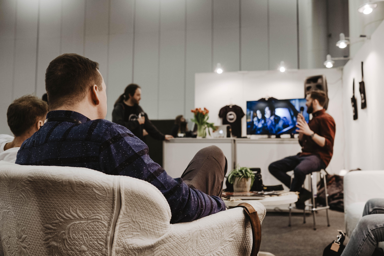 Paljon kiinnostuneita oli tapaamassa Iiro Rautiaista. Jos Iiron tunnelmalliset ja elokuvamaiset valaisut kiinnostavat niin NVK järjestää workshopin huhtikuussa Turussa, jossa Iiro on vetäjänä.