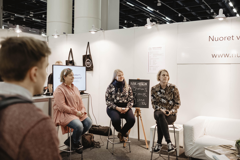 Suvi Mikkanen, Tiina Haring ja Henna Koponen puhumassa valokuvaajan ammatista.