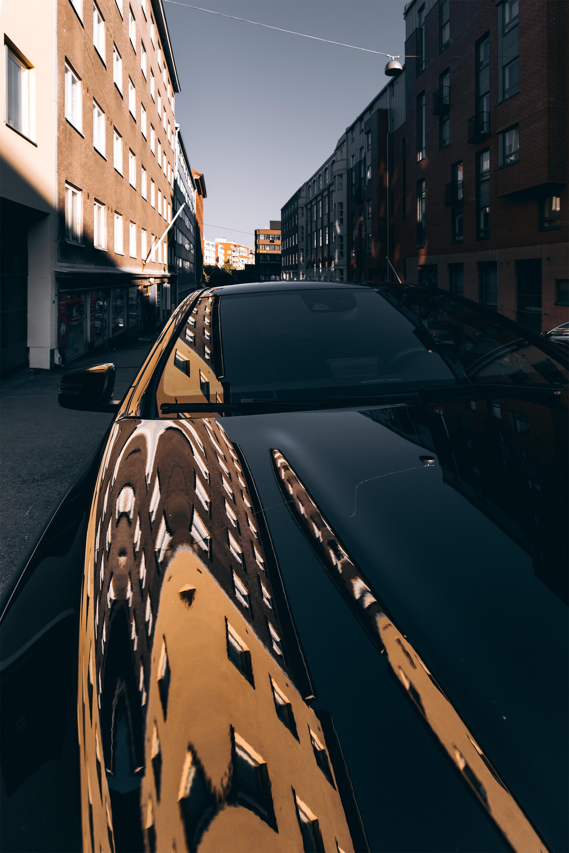 Myös puhtaat ja kiiltävät autot voivat toimia heijastavina pintoina.