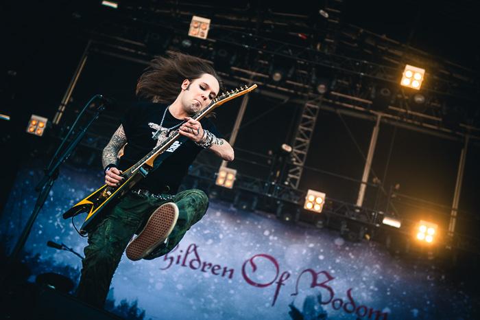 Children of Bodomin kitarasankari Alexi Laihosta on paljon kuvia joissa hän soittaa sooloa kitara polvellaan. Myös minulla. Vuoden 2013 Sauna Open Airissa koitin saada vihdoin jotain uutta, ja Laiho sattui kuin sattuikin hyppäämään sopivasti biisin väliosan aikana. Kuva: Mikko Pylkkö