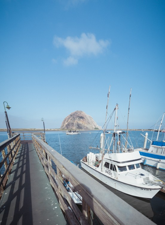 Morro Bay:n tunnusmerkki on erikoisen mallinen vuori/kivi horisontissa